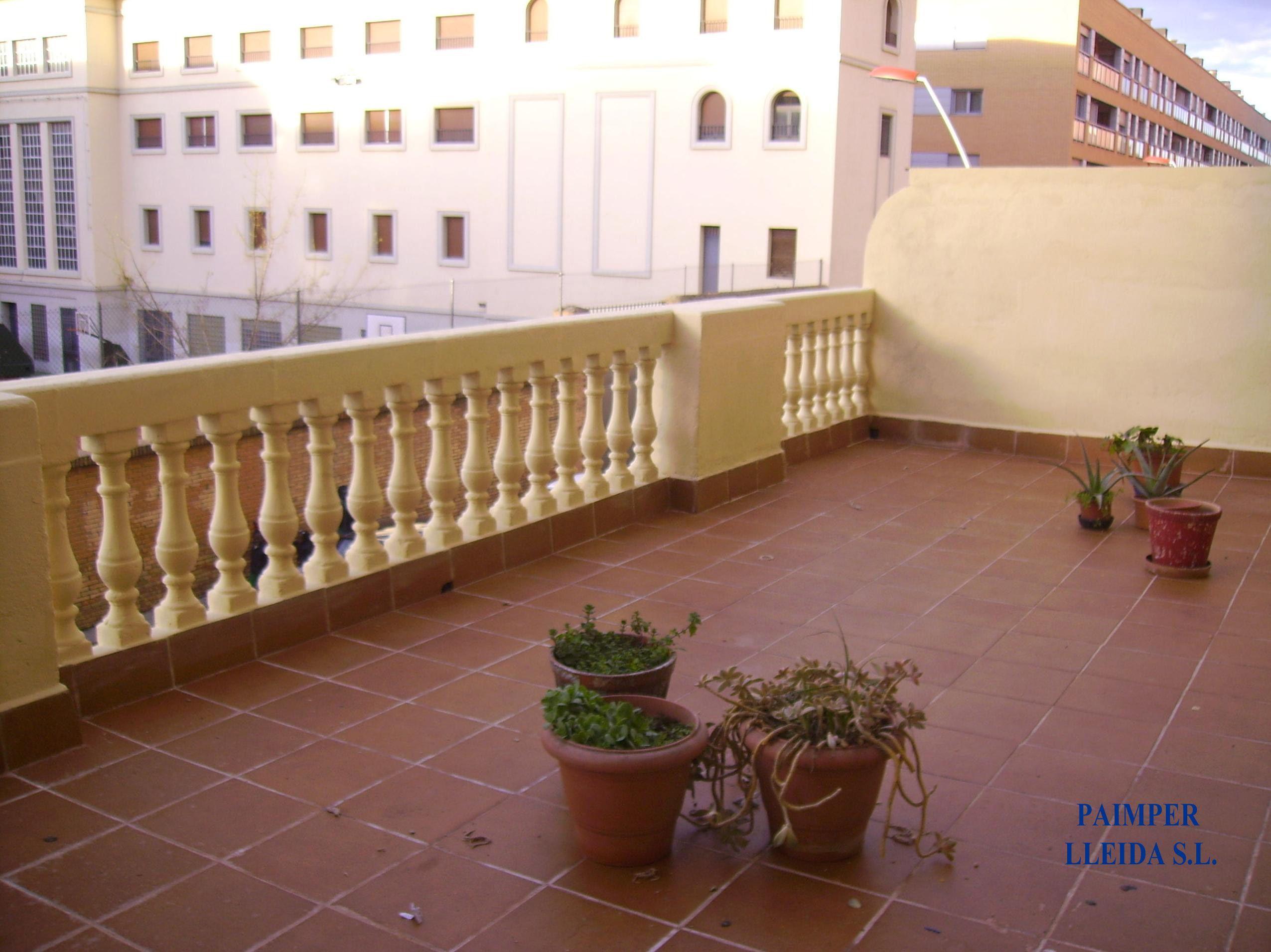 Aplicación de aislamiento en barandilla de terraza