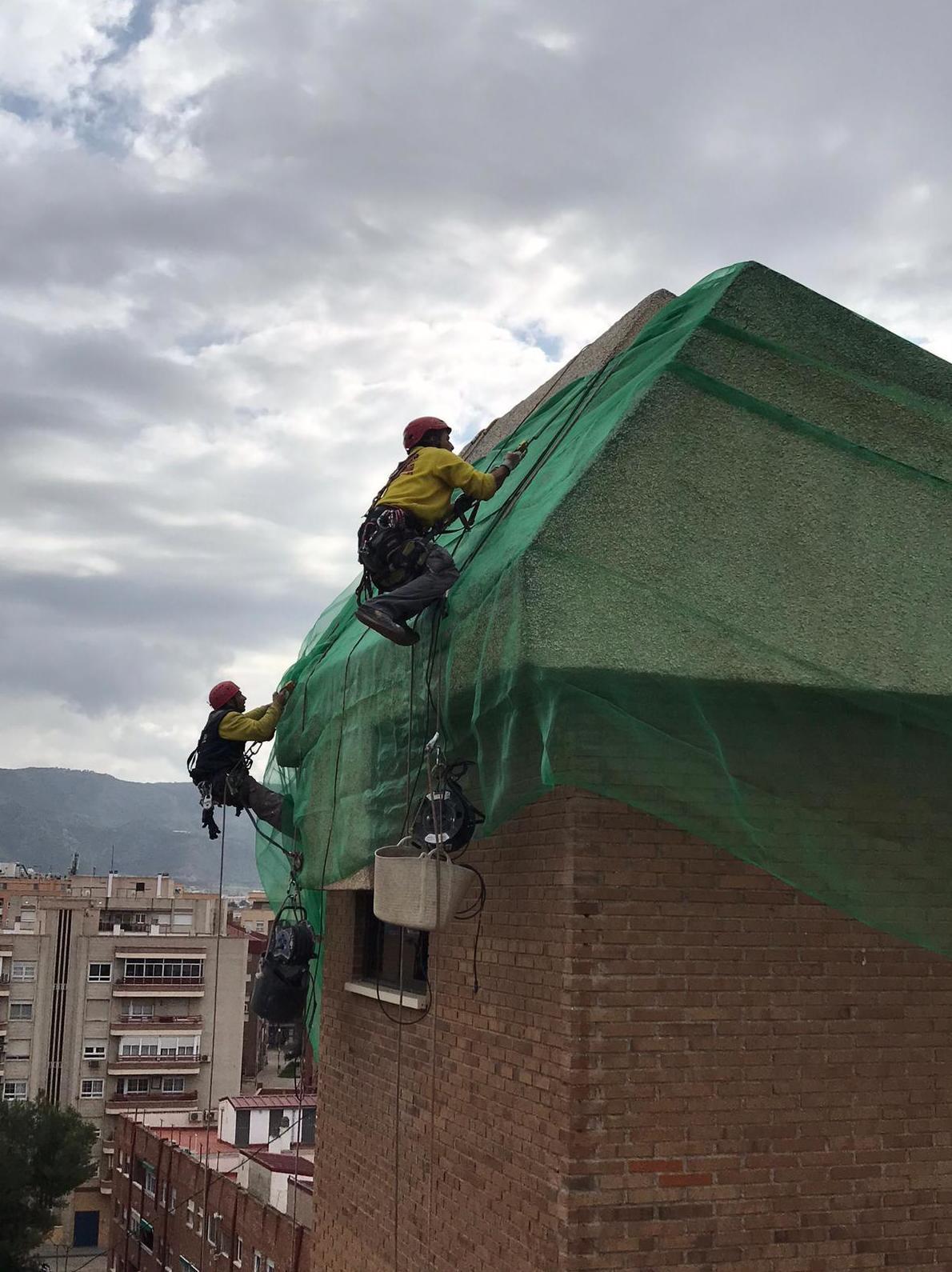 INSTALACIÓN DE MALLAS DE PROTECCIÓN EN FACHADA