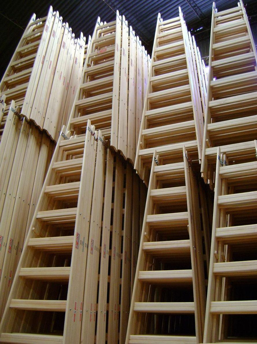 escaleras de madera en ciudad lineal