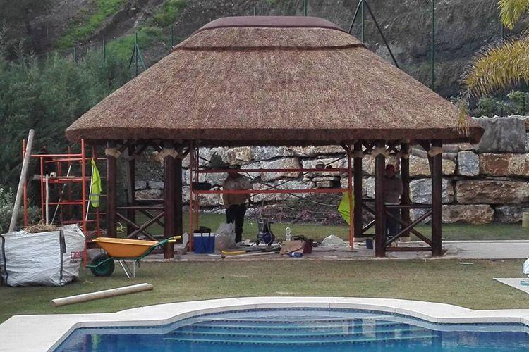Profesionales en construcción de pérgolas de junco africano