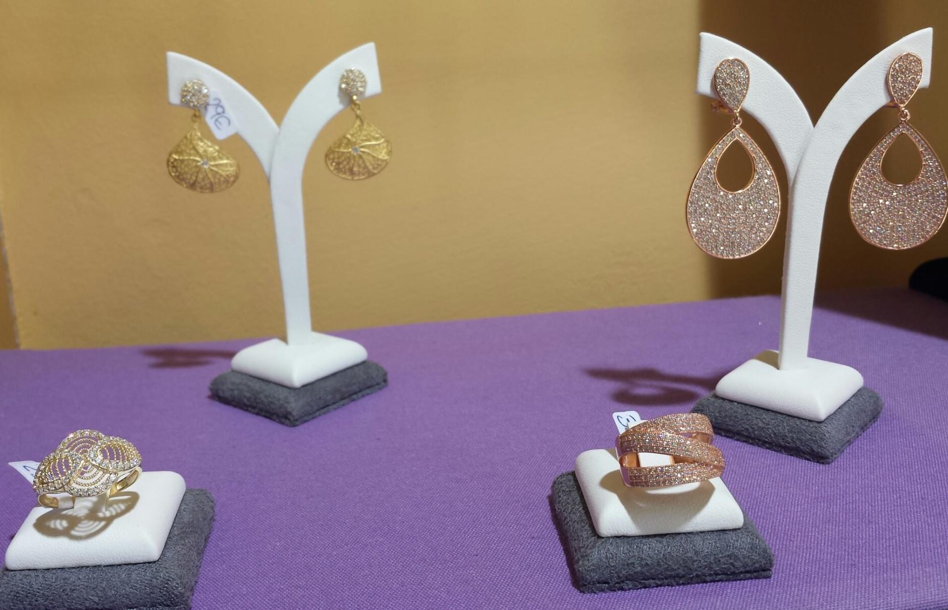 Anillos y pendientes de plata con circonitas, chapado en bronce y oro
