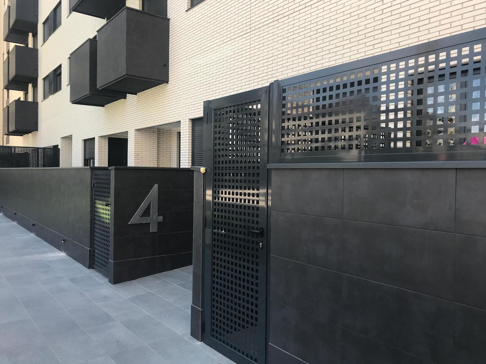 puerta abatible de 1 hoja y bastidor compuesto por chapa troquelada cuadros en color negro
