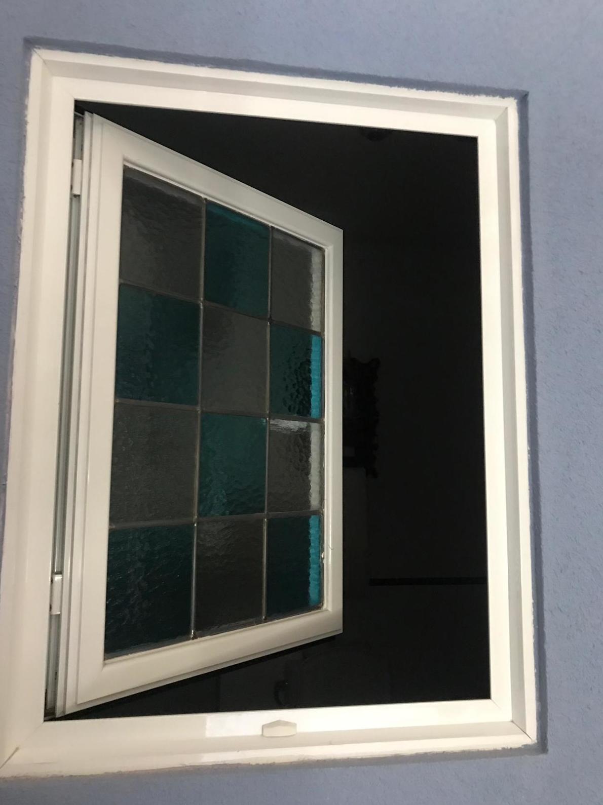 ventana abatible de una hoja , con remates de aluminio y cristal con decorado