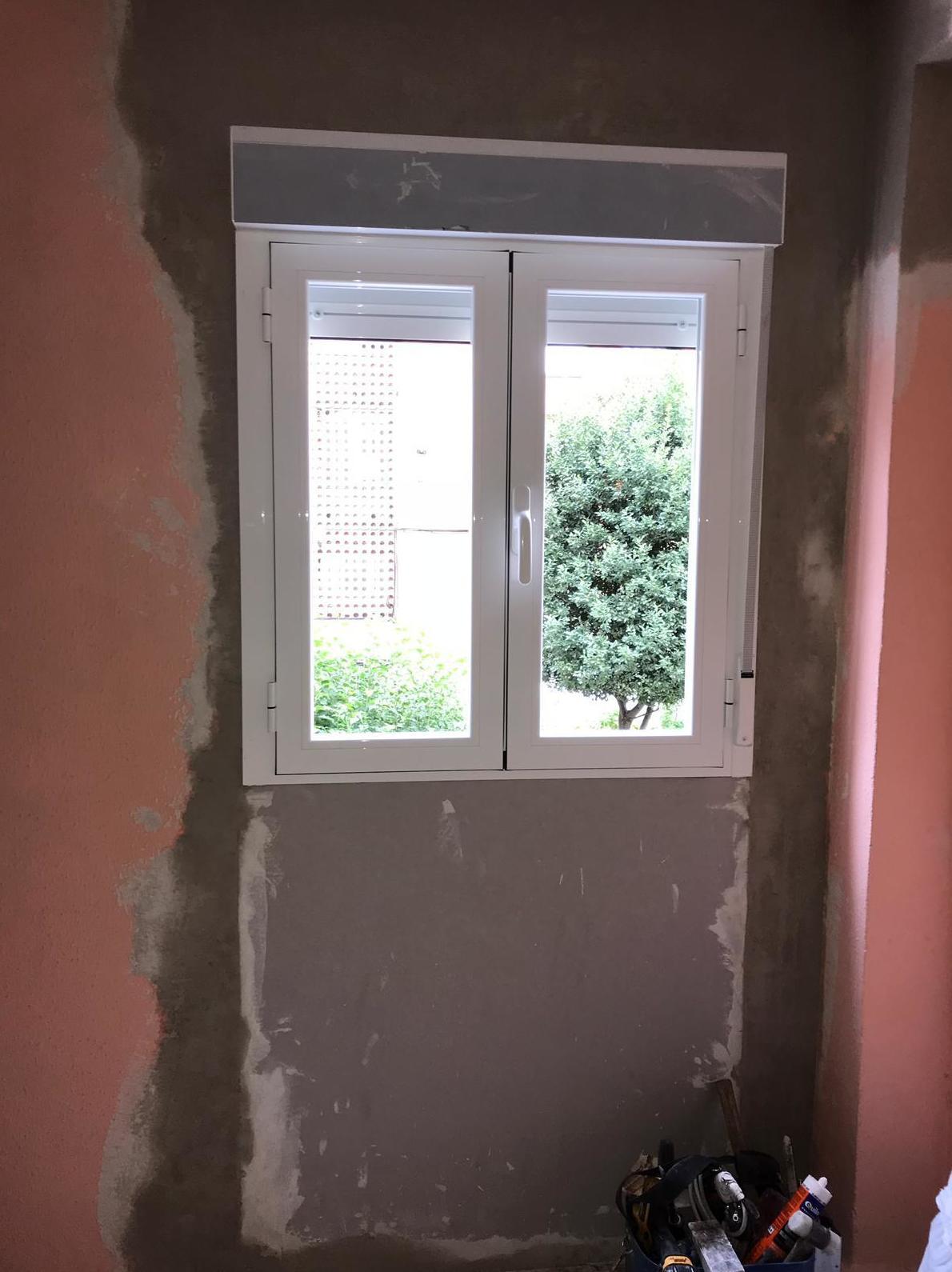 ventana (por dentro) en abatible de dos hojas , con persiana y doble acristalamiento