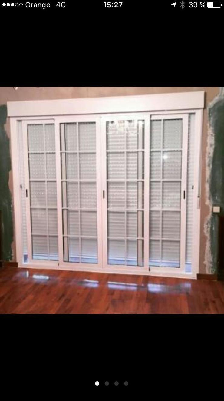 ventanal de salon compuesto por 4 hojas correderas , persiana y doble acristalamiento con barrotillo ingles