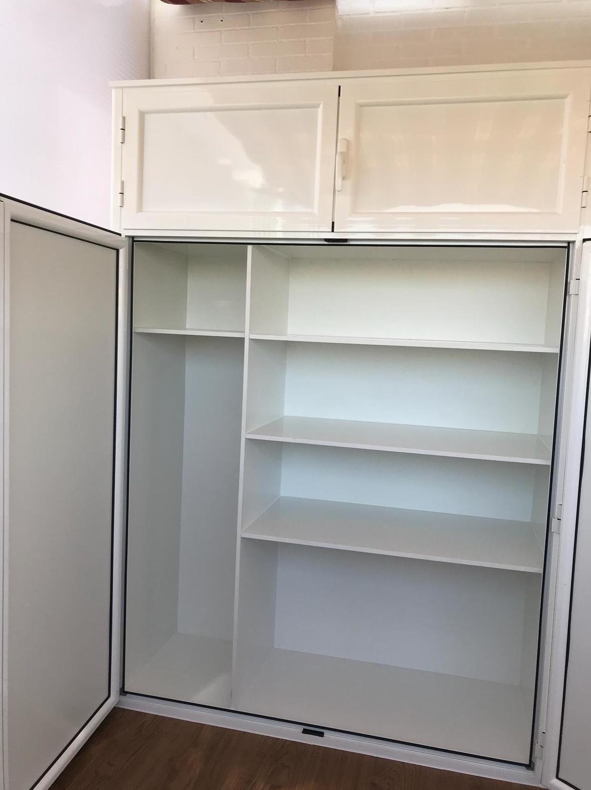 armario de dos hojas abatible con maletero e interior forrado con baldas