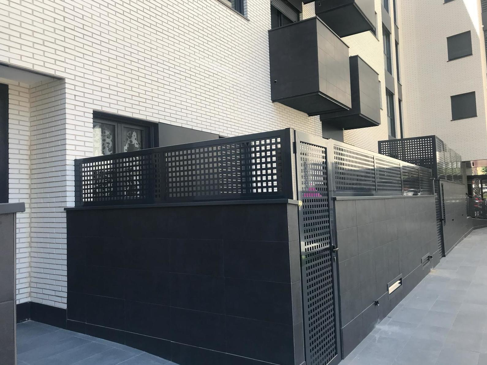 bastidor y puerta abatible con chapa troquelada cuadros en color negro