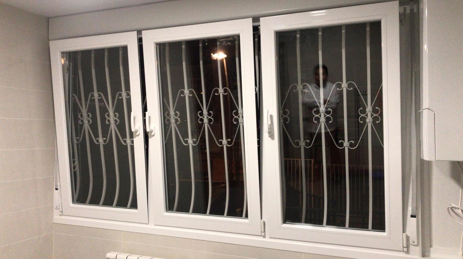 ventanal cocina en abatible de 3 hojas individuales  con oscilobatientes , persiana y doble acristalamiento