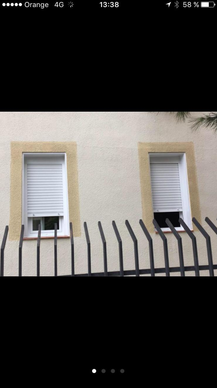 ventana abatible de 1 hoja con persiana y remates de chapa por fuera