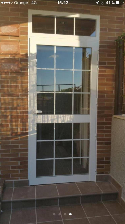 puerta abatible de 1 hoja con fijo en la parte superior y doble cristal con barrotillo ingles
