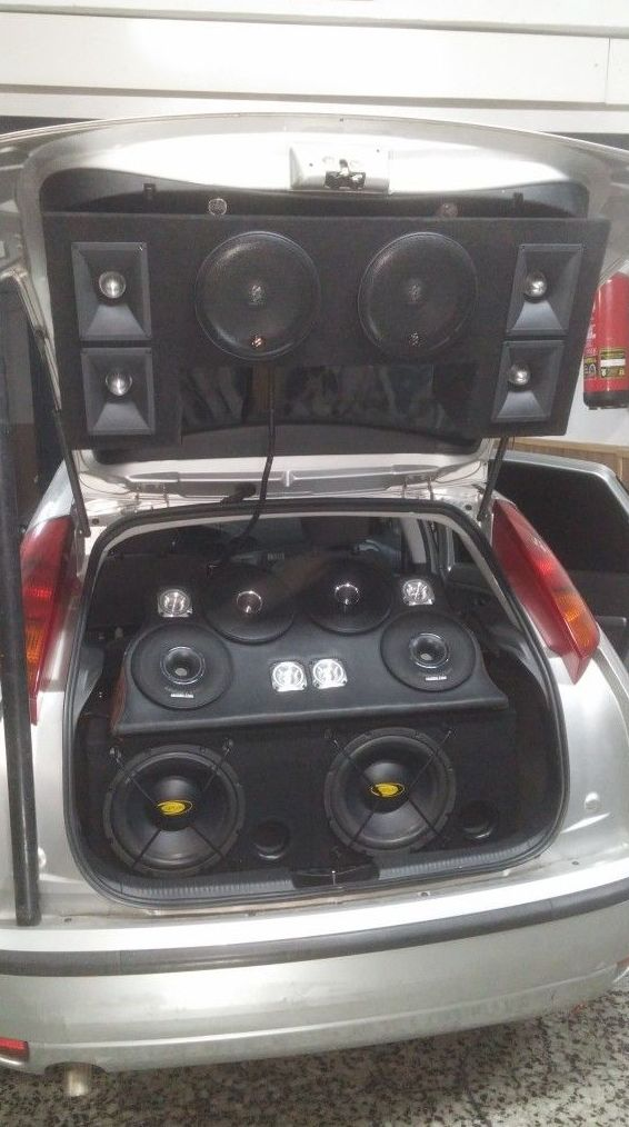 Instalación de equipo de música en maletero