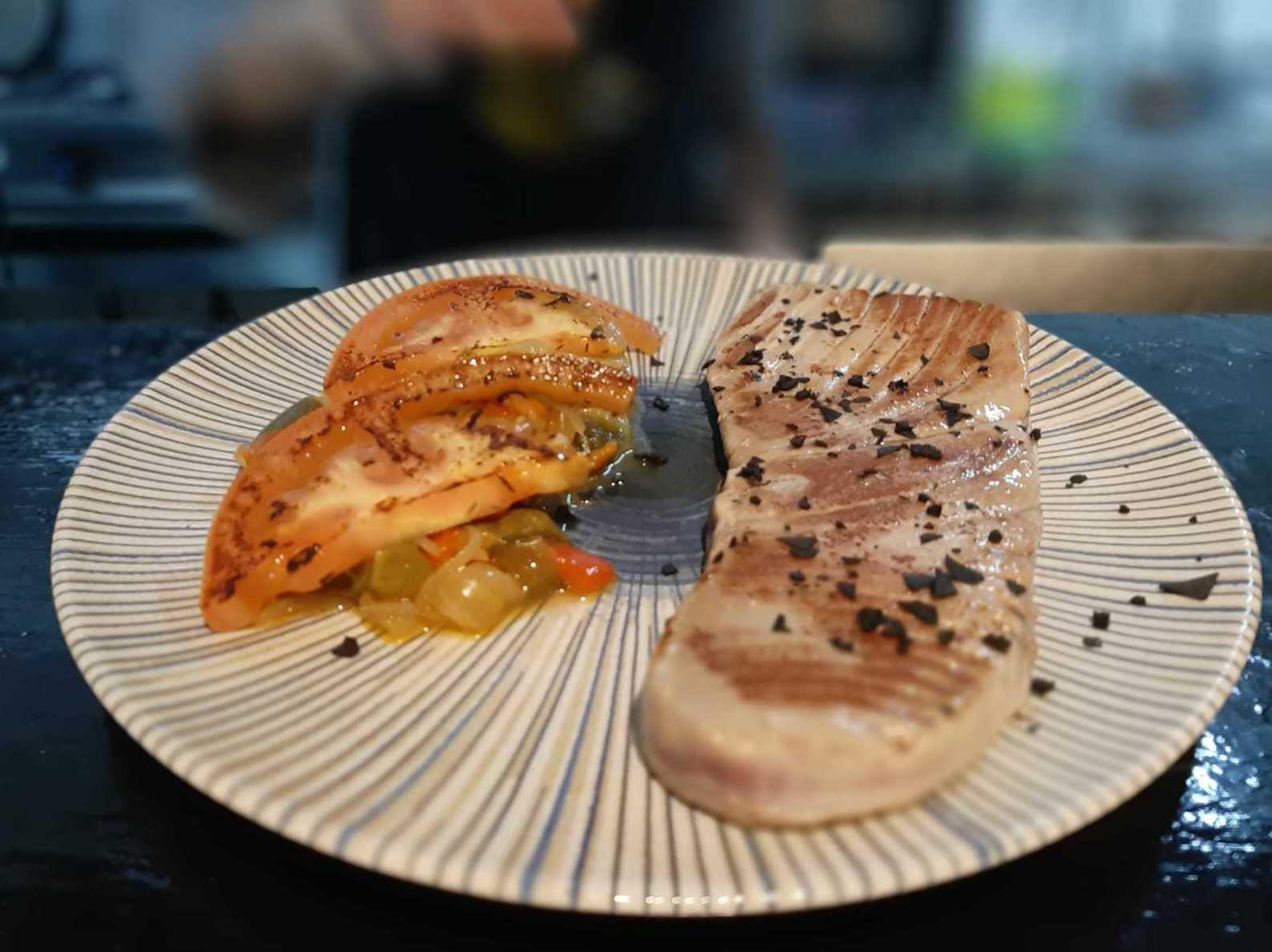 Ventresca de atún rojo de almadraba a la sal negra con escalivada de verduras