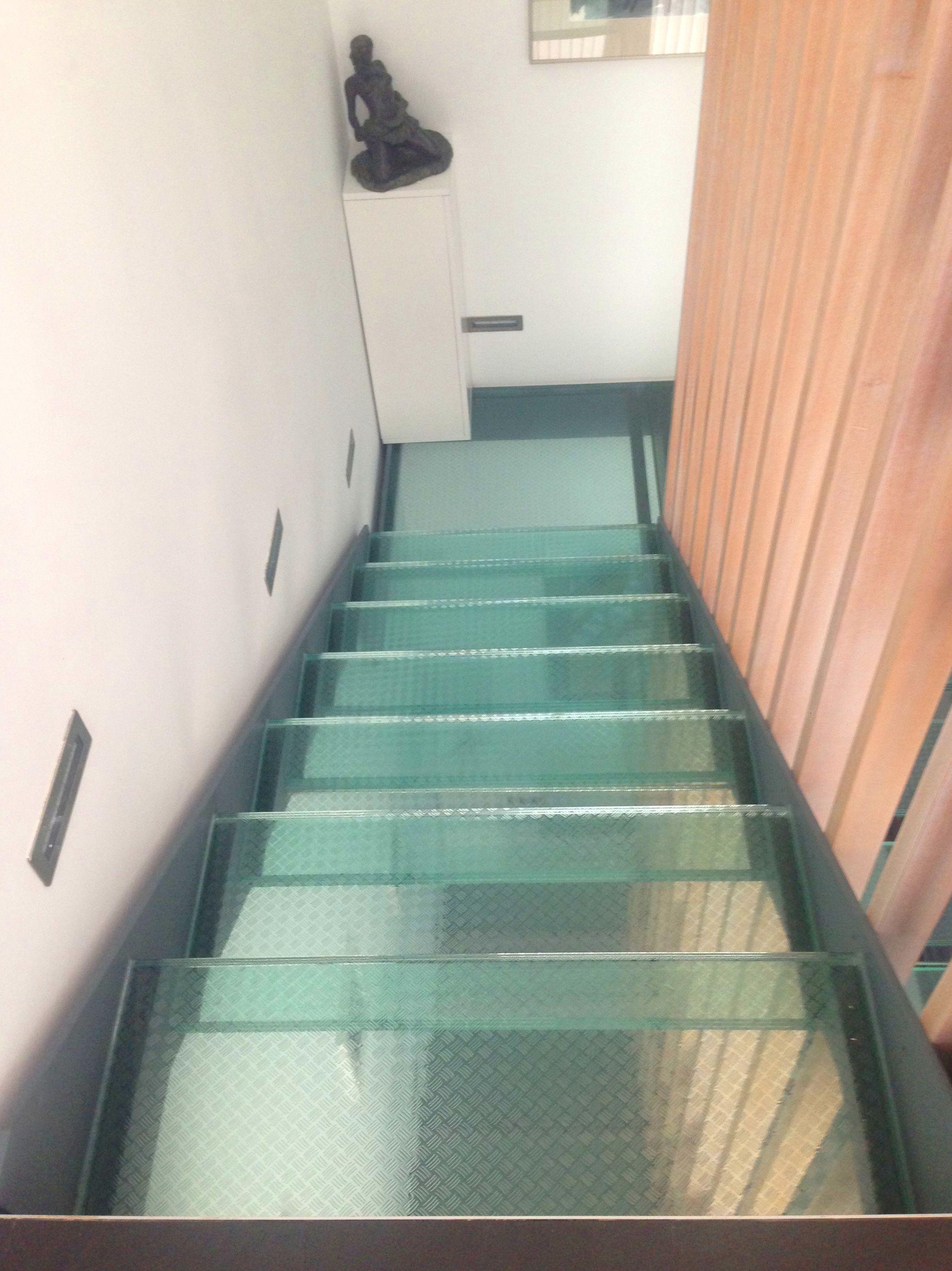 Escalera interior hierro y cristal
