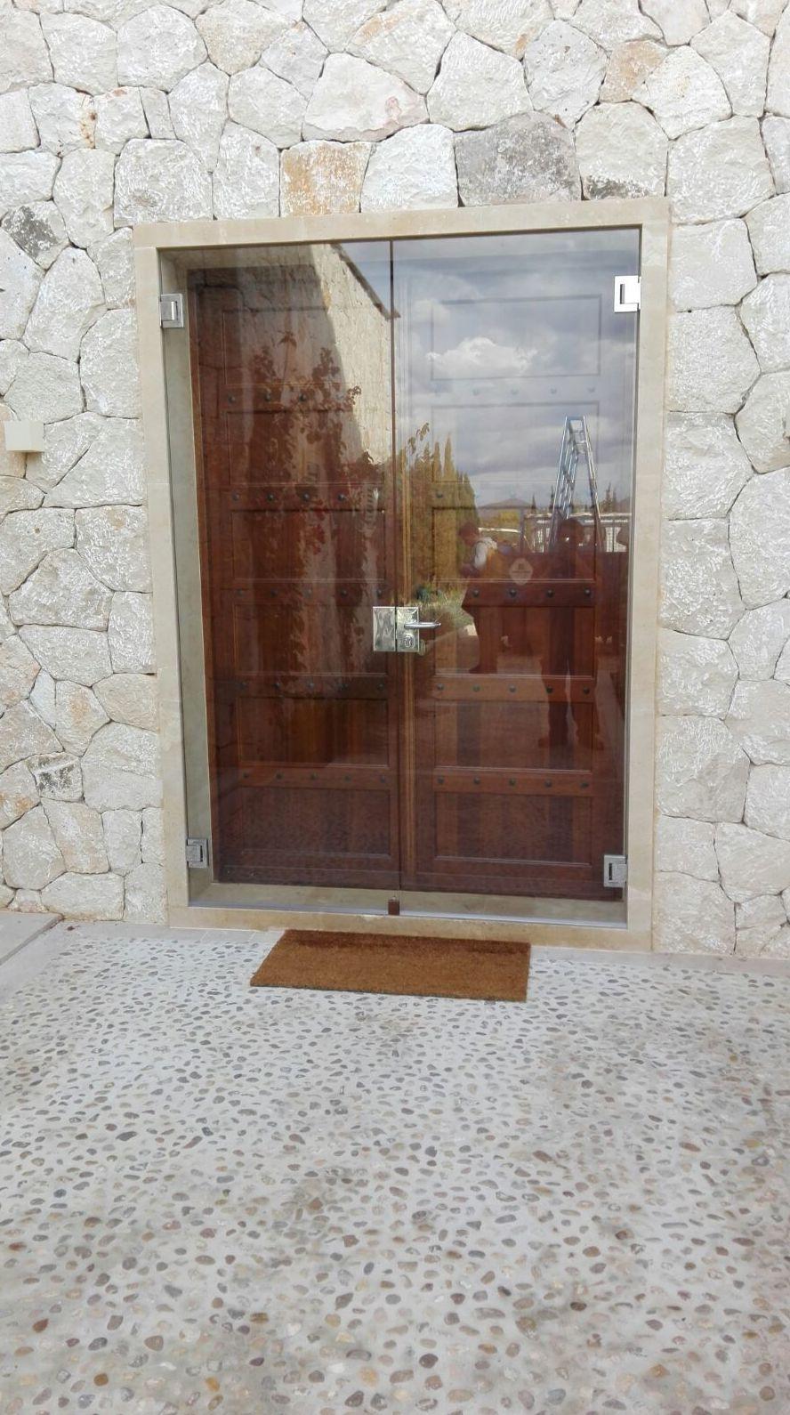 Puerta de cristal templado con bisagras