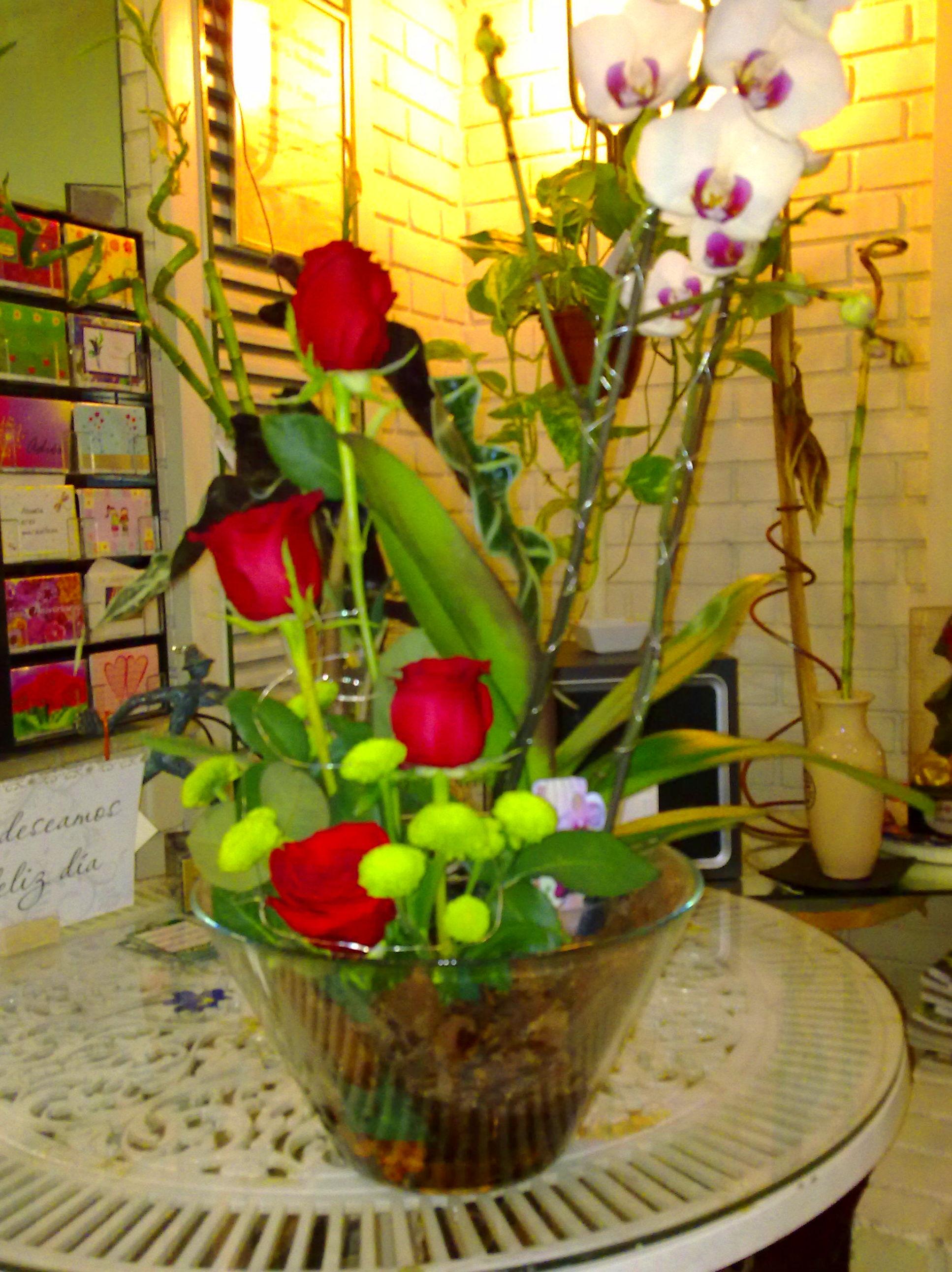 Orquídea y rosas en cristal