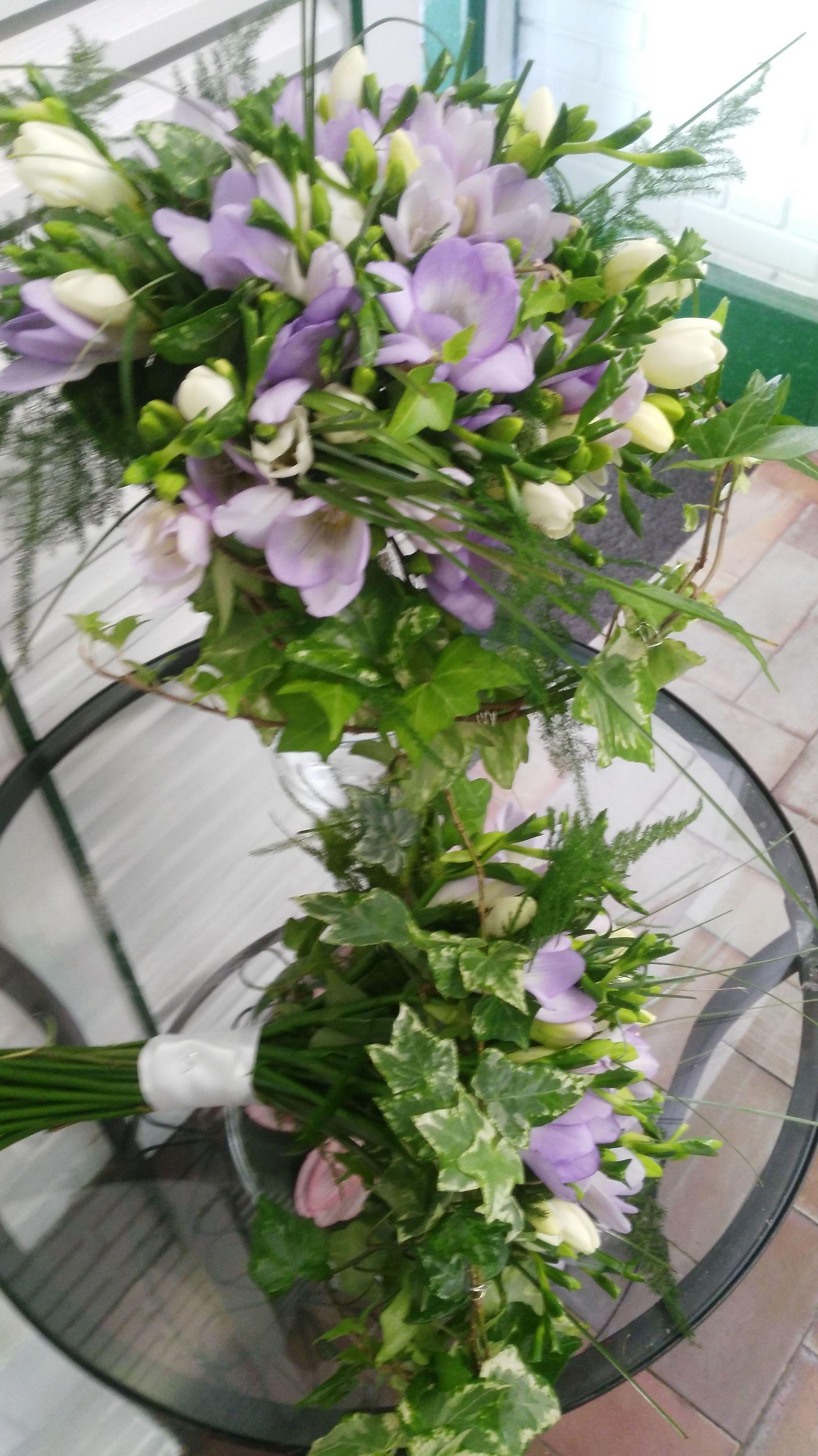 Ramo doble de fresias lilas con hiedra y esparraguera