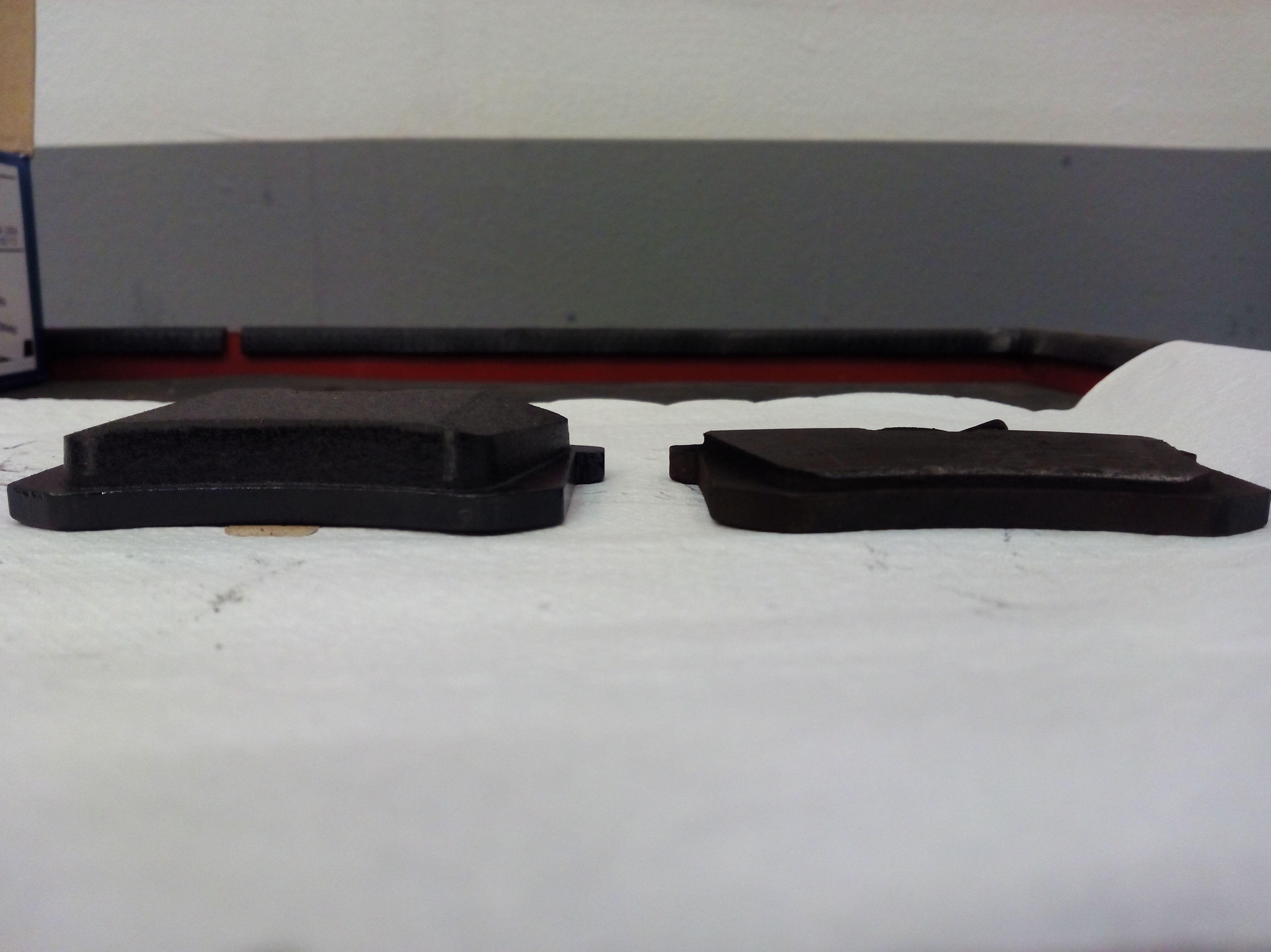 Pastilla de freno nueva (Izquierda) / Pastilla de freno deteriorada (Derecha).