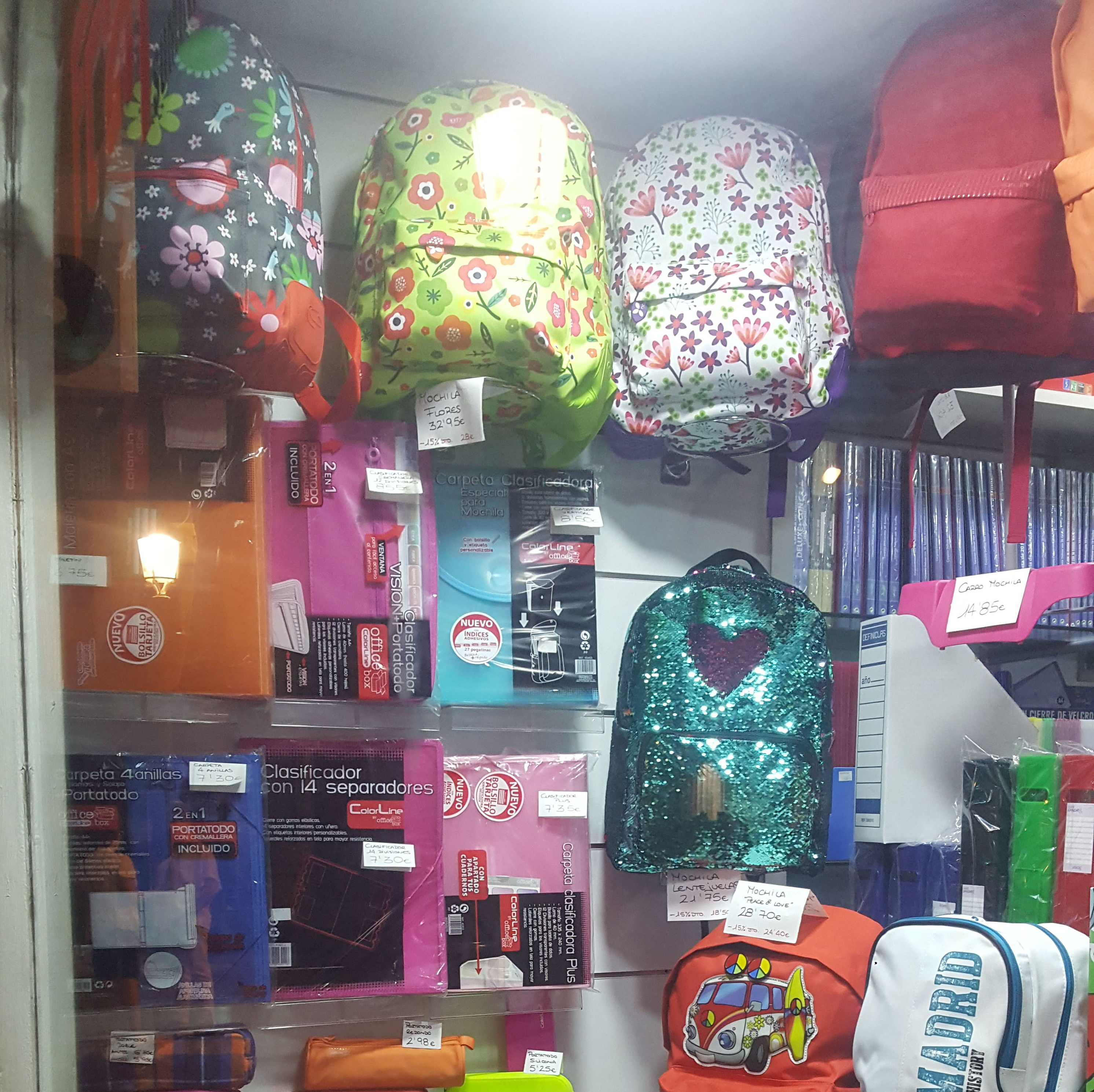 Gran variedad de mochilas y estuches escolares
