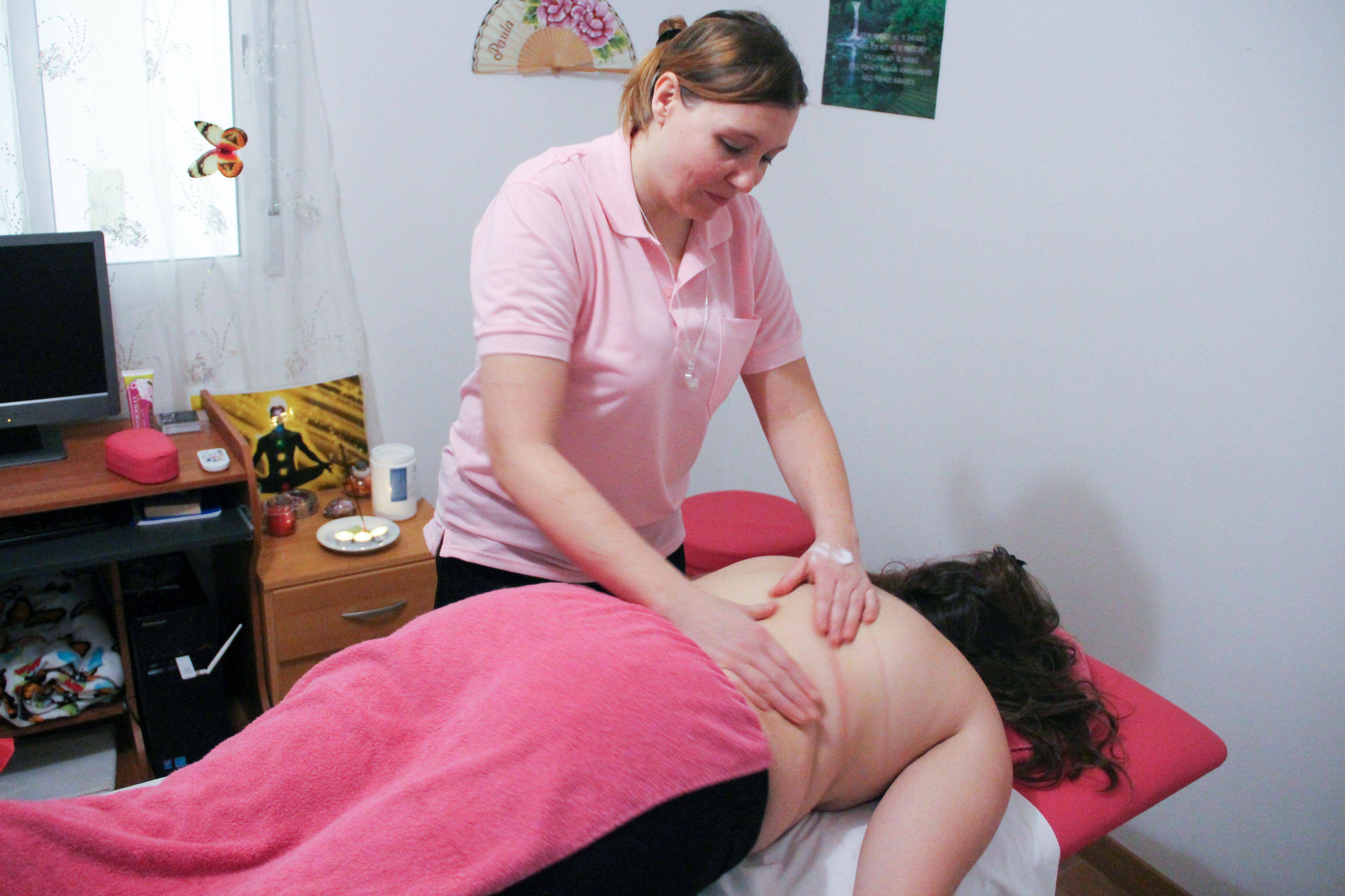 Paula dando un masaje