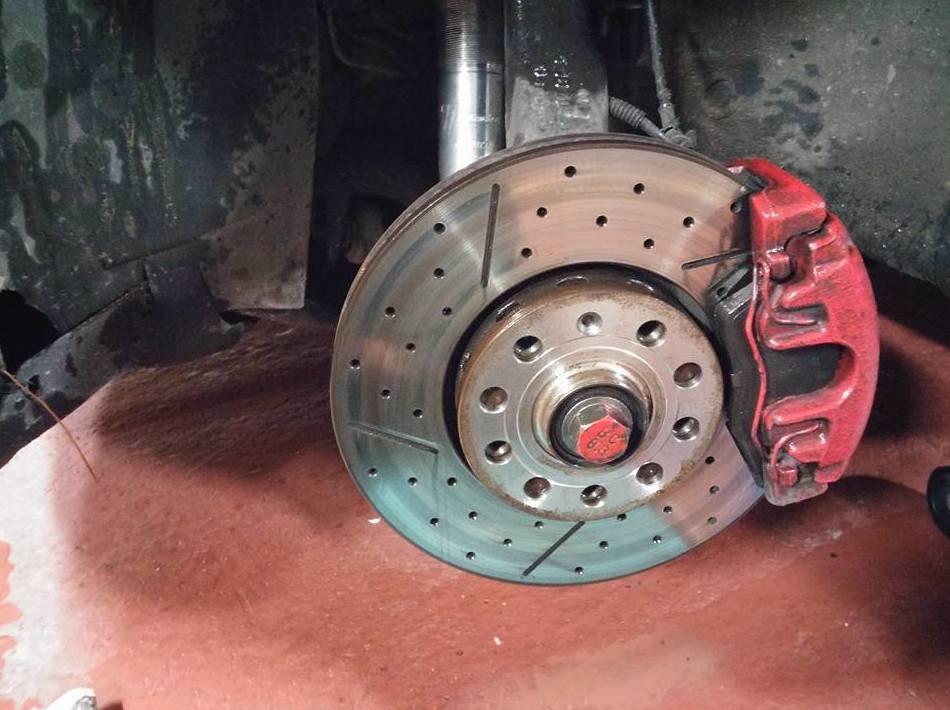 Montaje de discos de frenos perforados y rallados y pastillas de freno nuevas  en Valladolid - Taller de automóviles en Valladolid