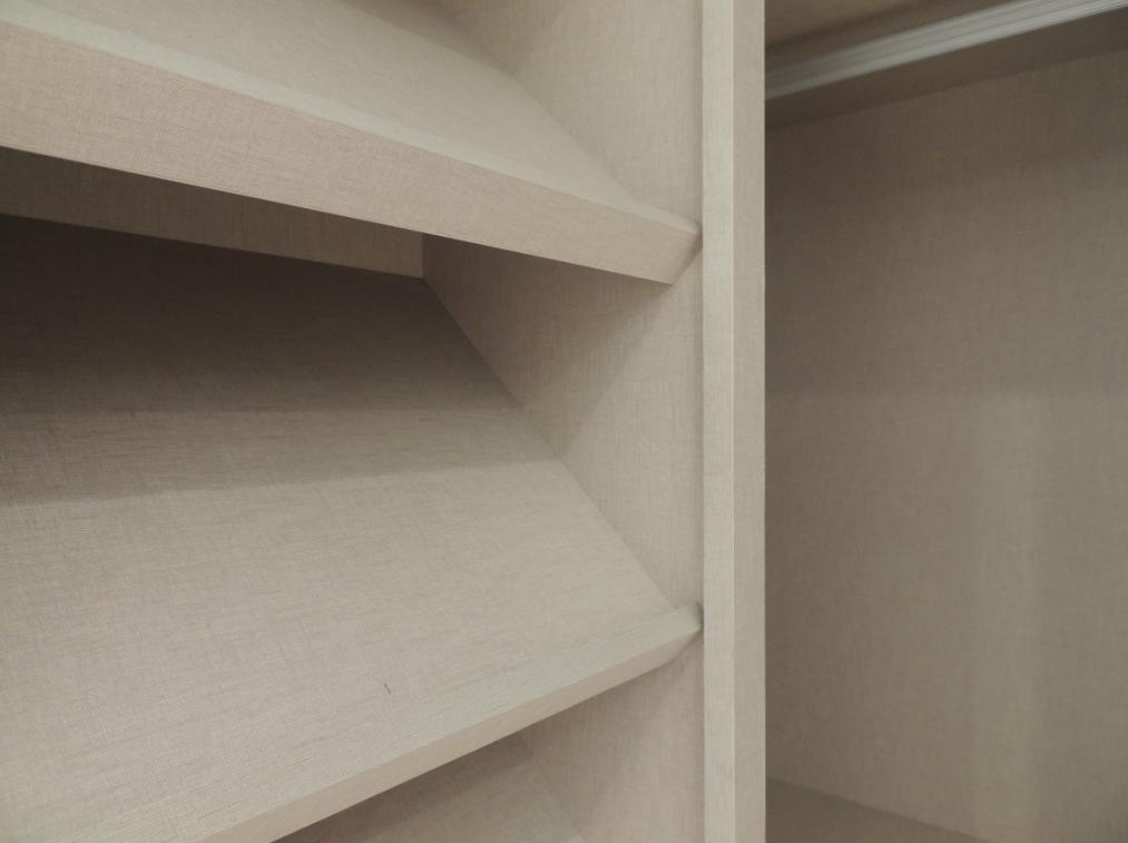 Detalle de zapatero en vestidor.