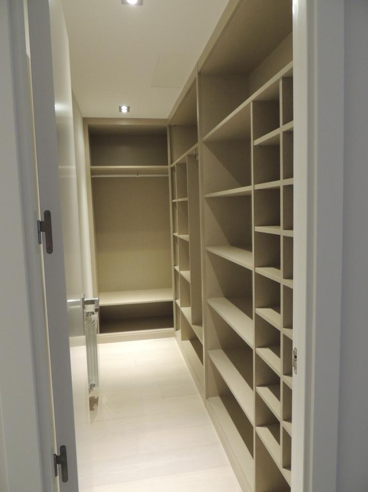 Vestidor en habitación pequeña en acabado Lino.