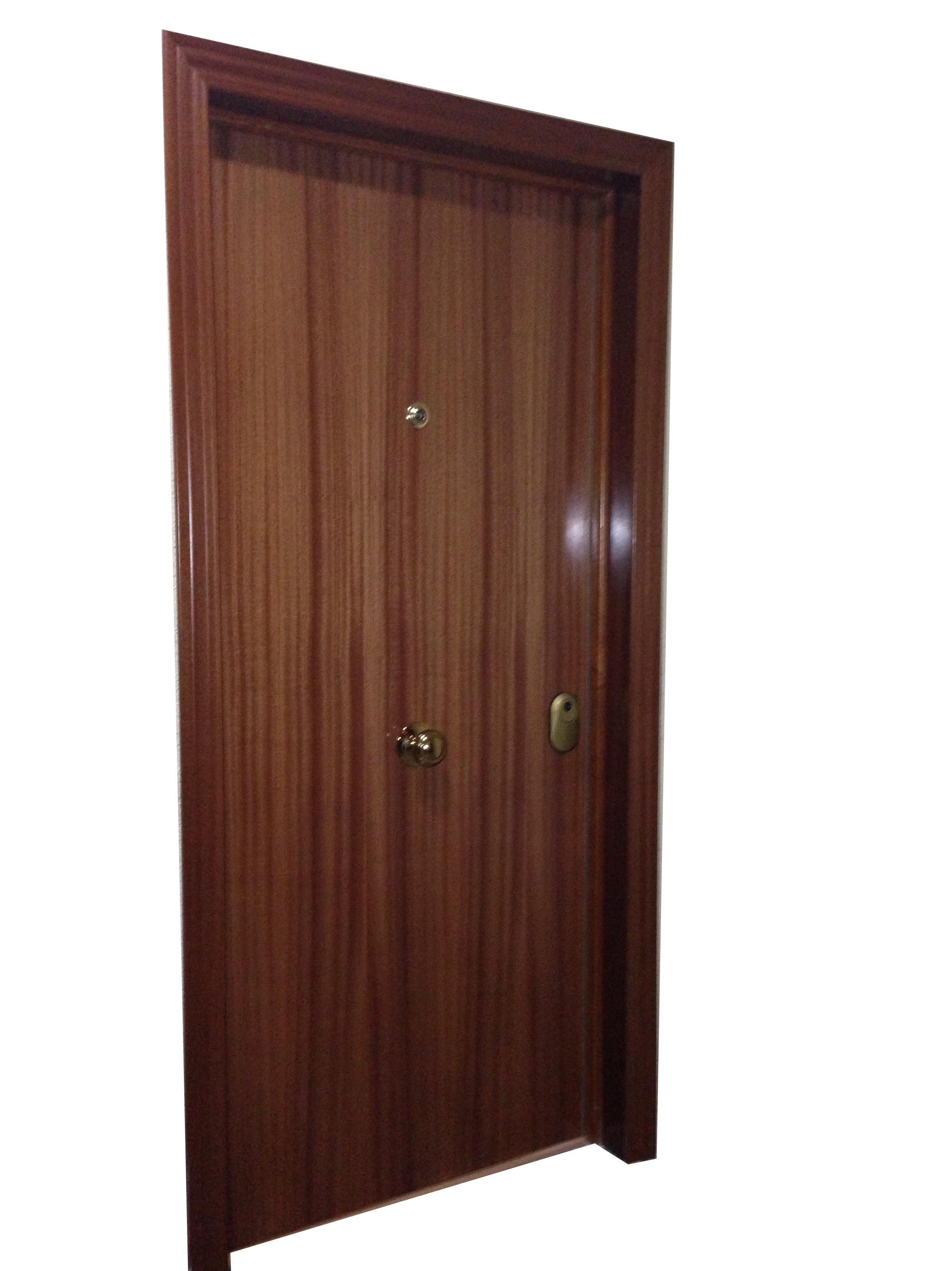 Puerta blindada 16 pt cerco hierro sapely roble instalada for Precio puerta roble