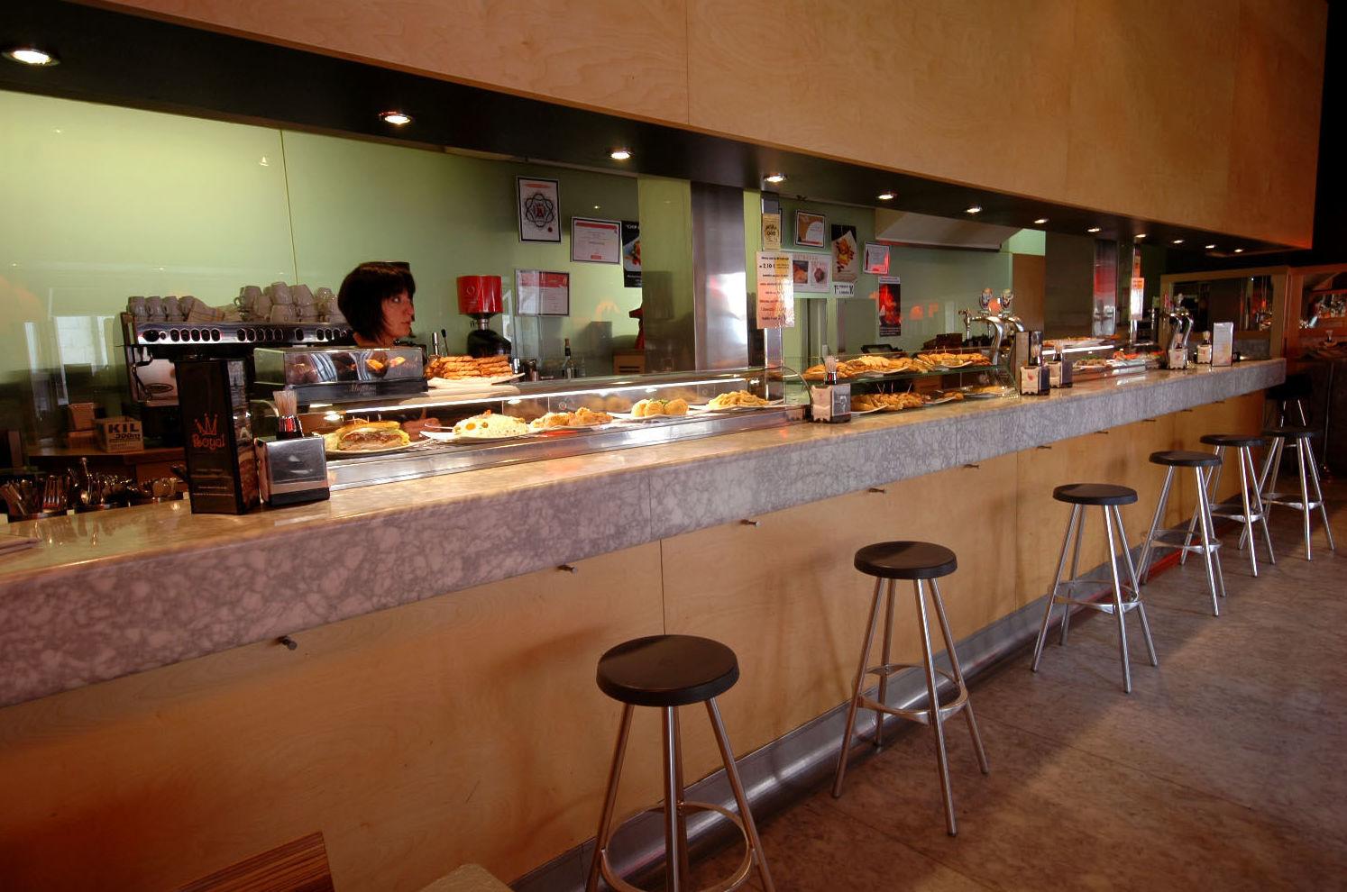 Foto 3 de Bar con amplia variedad de tapas y comida rápida en Burgos | Tapería Royal