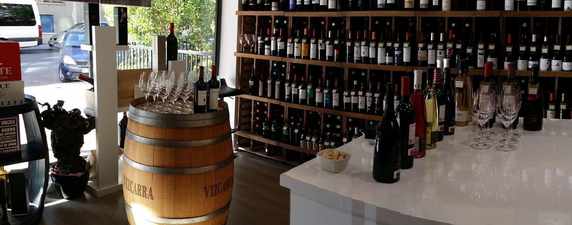 Interior de la tienda de vinos.