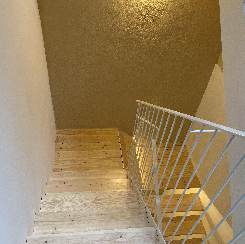 Escalera de pino, en color decolorado blanco y mate