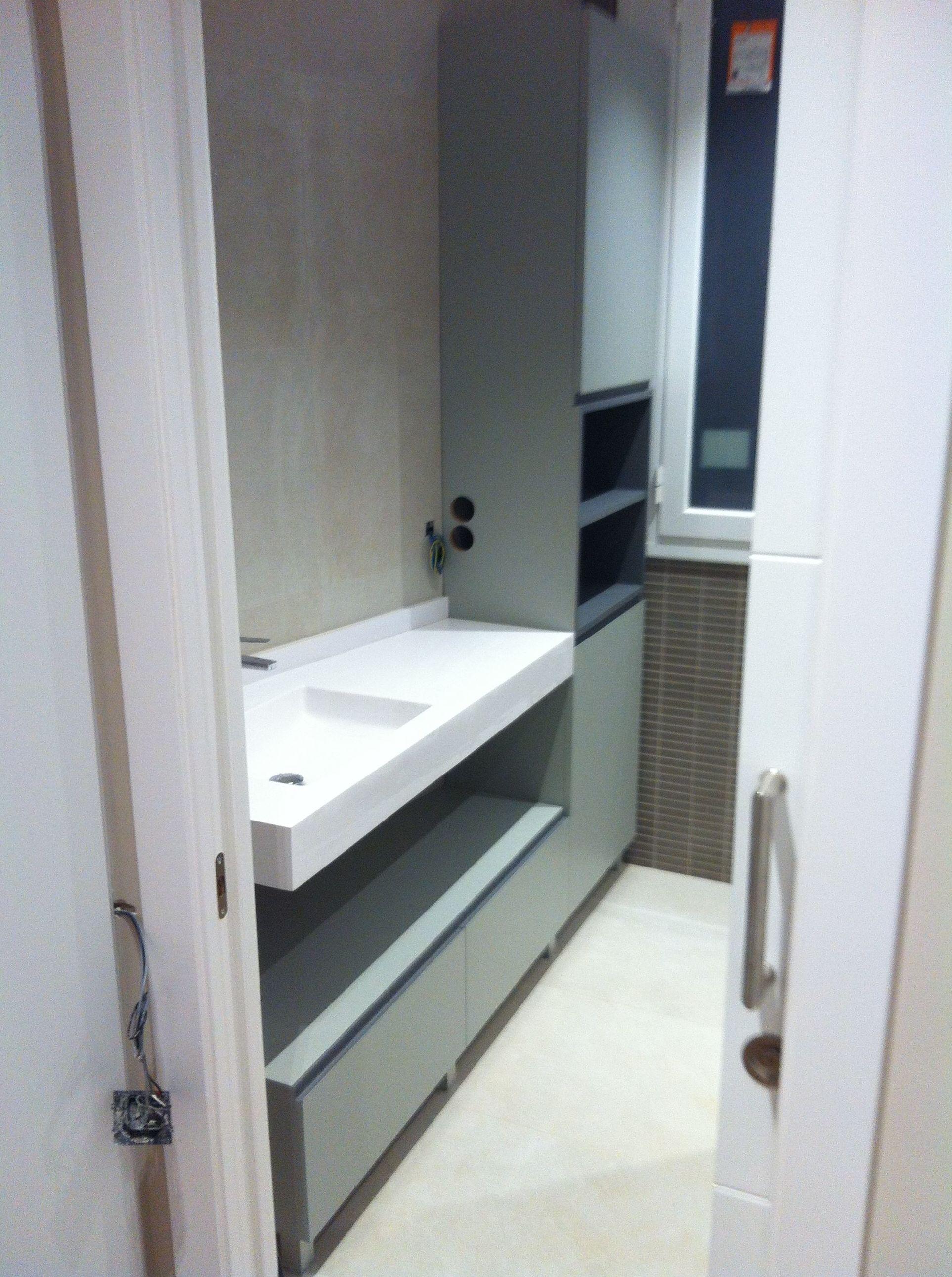 Mueble de lavabo, lacado a dos colores.