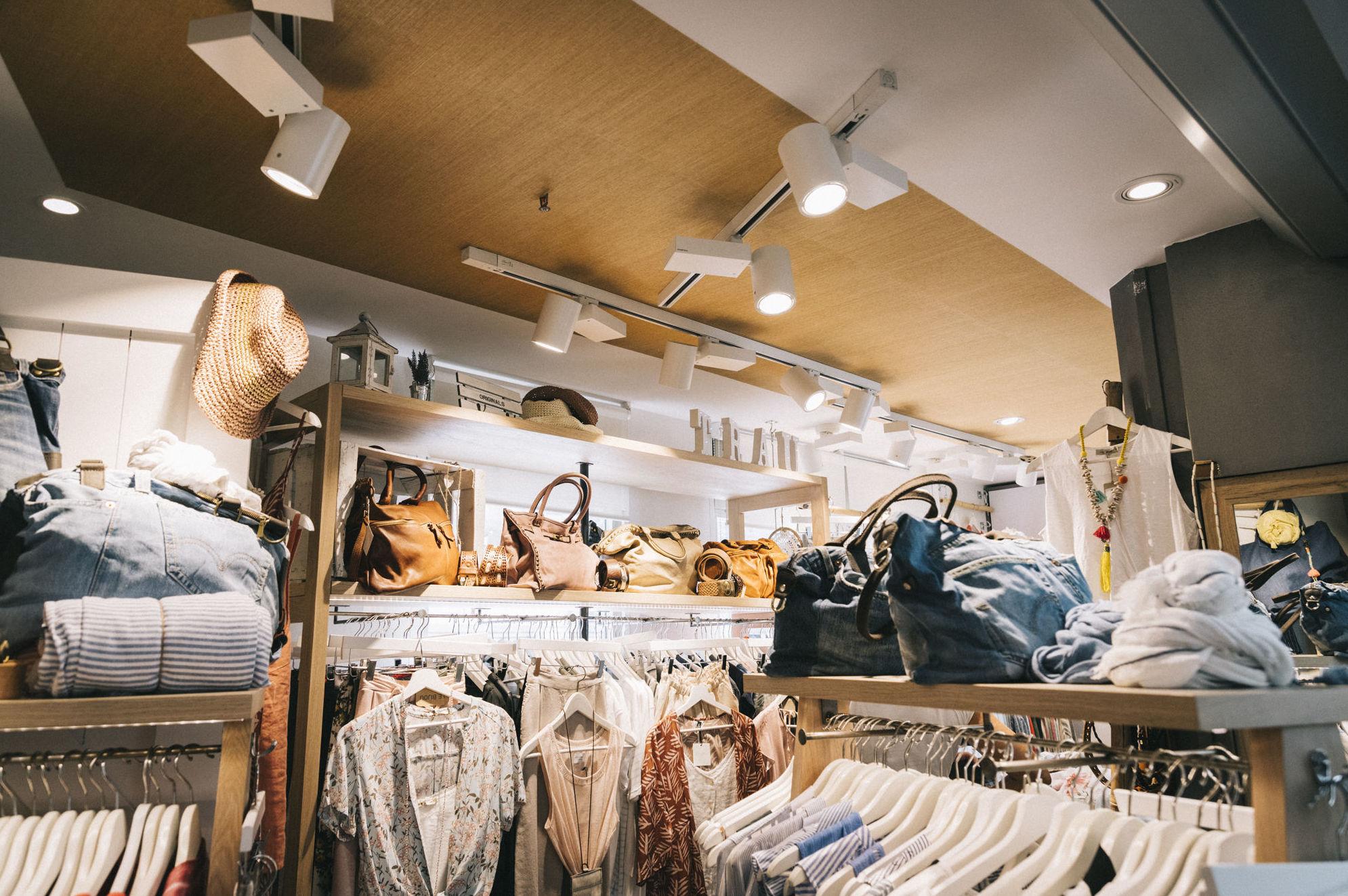 Detalle interior tienda de ropa, Mercat de Sant Antoni.