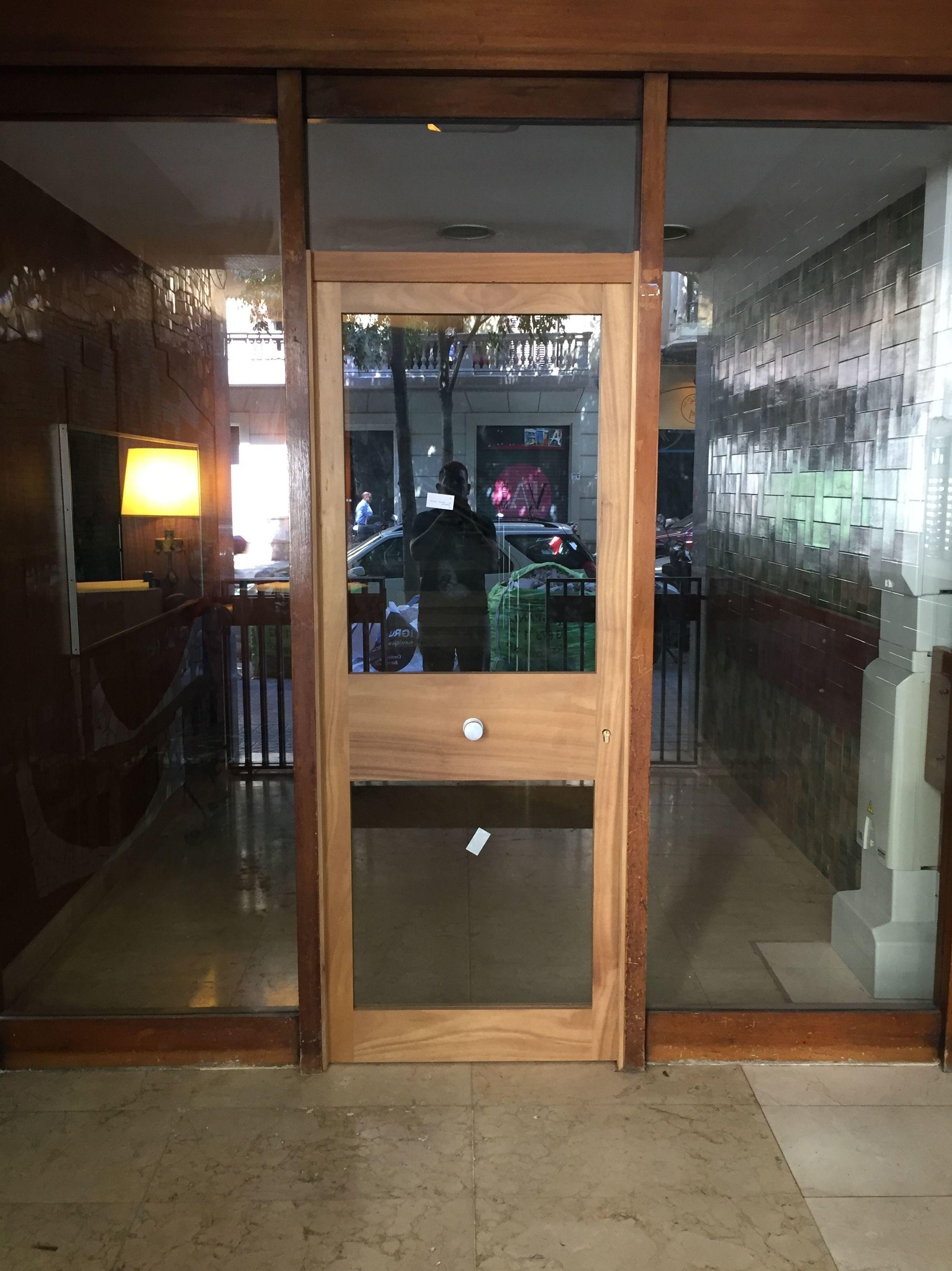 Puerta de entrada, madera de Iroko