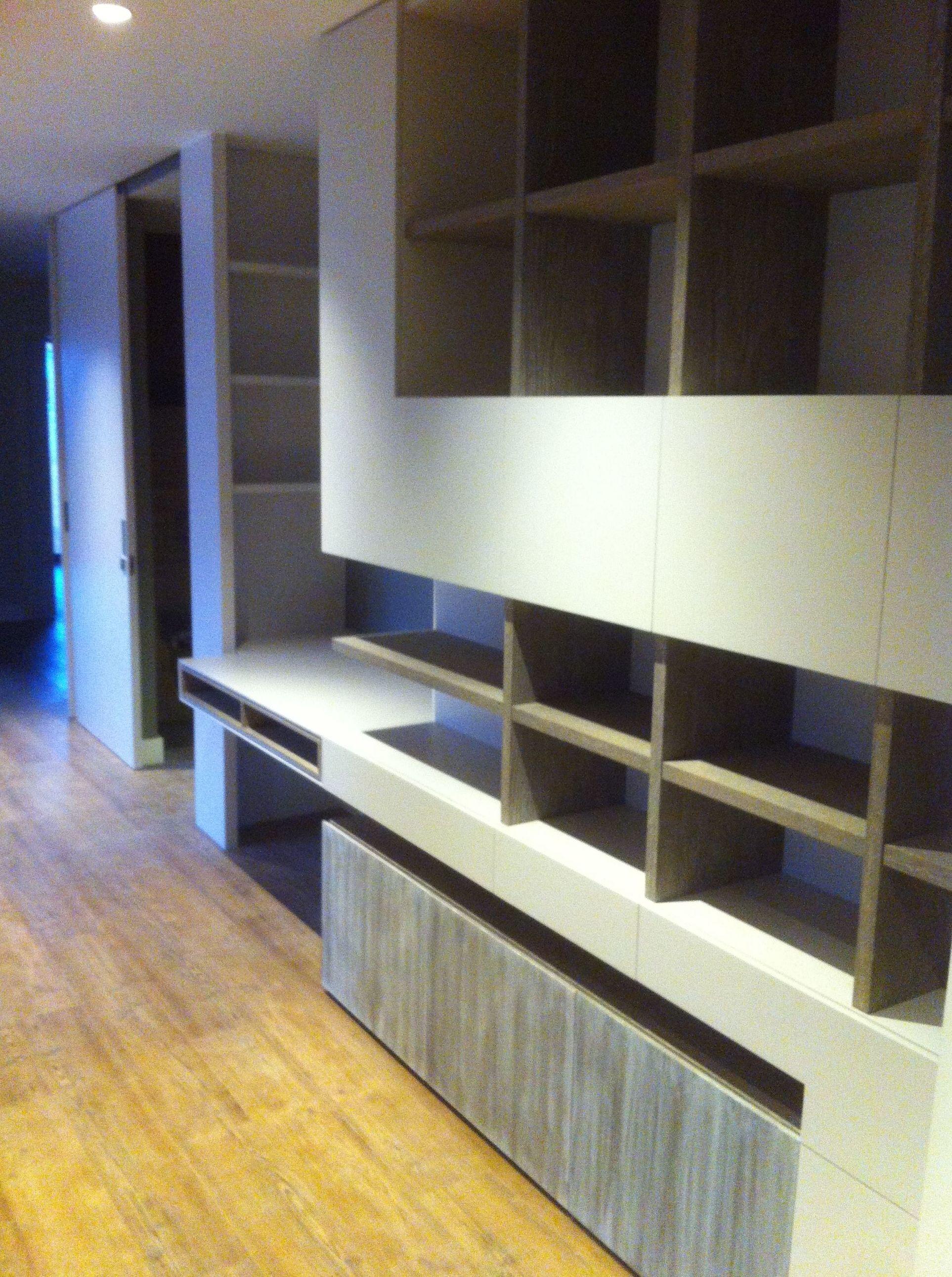 Mueble estantería y escritorio, madera rústica y laca.