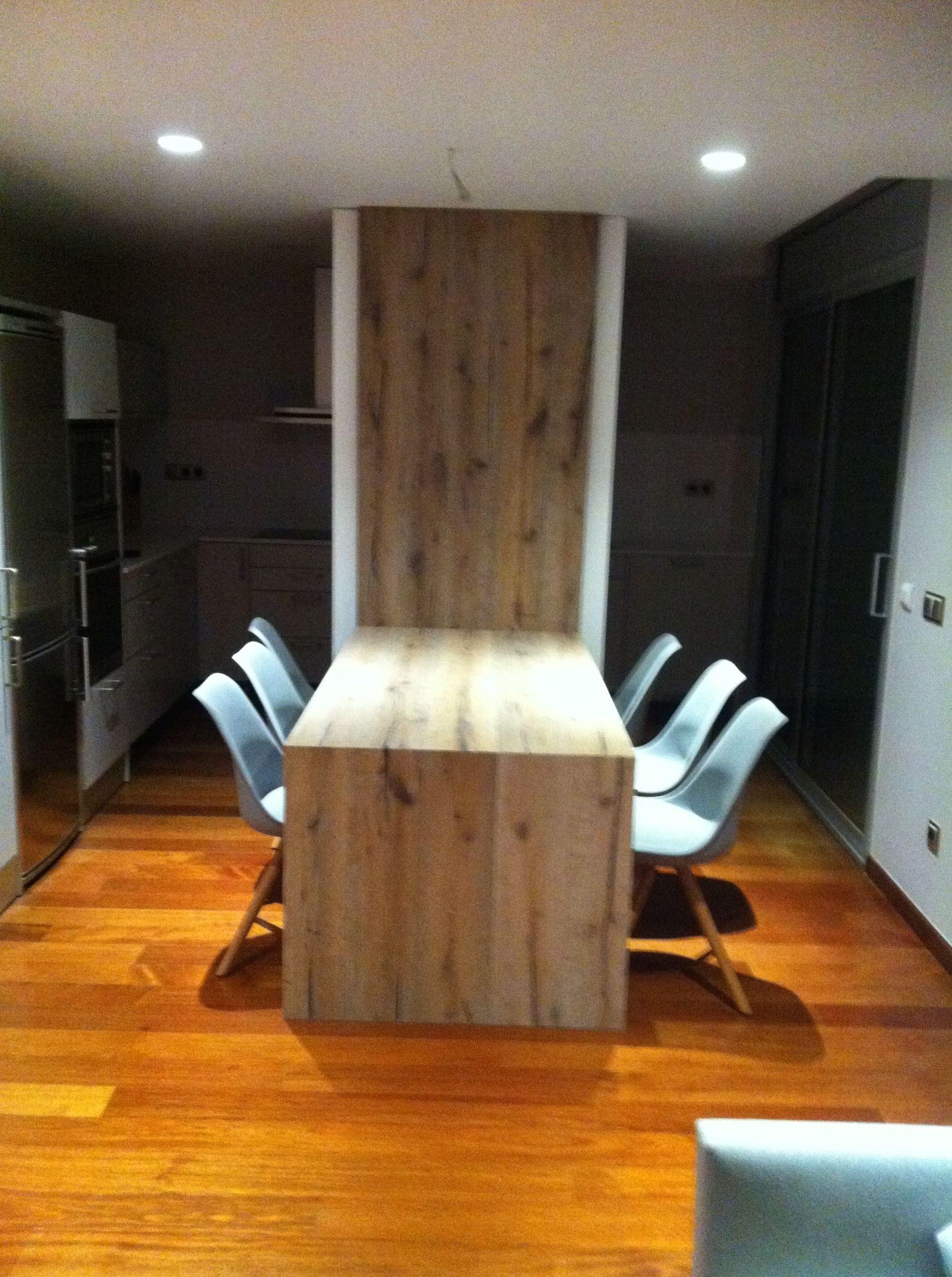 Mesa comedor integrada con mueble, en roble acabado rústico.