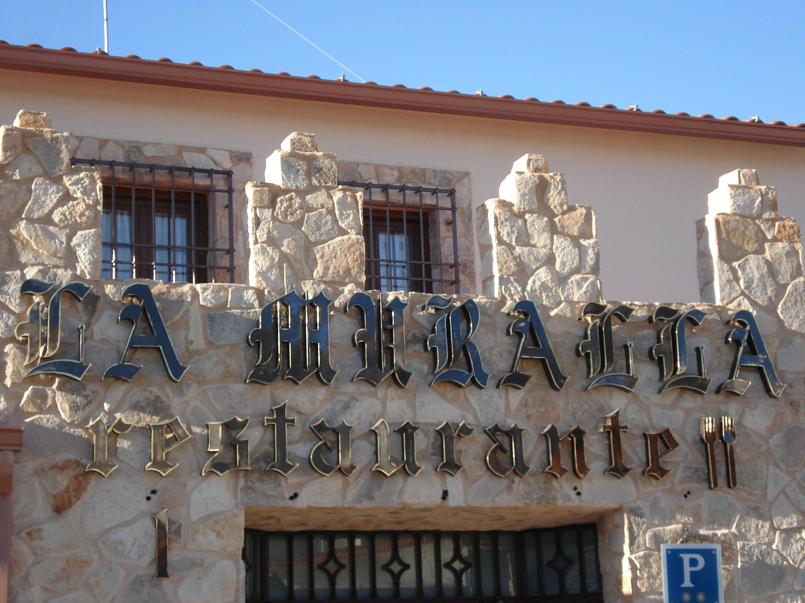 Letras corpóreas en latón en Madrid sur