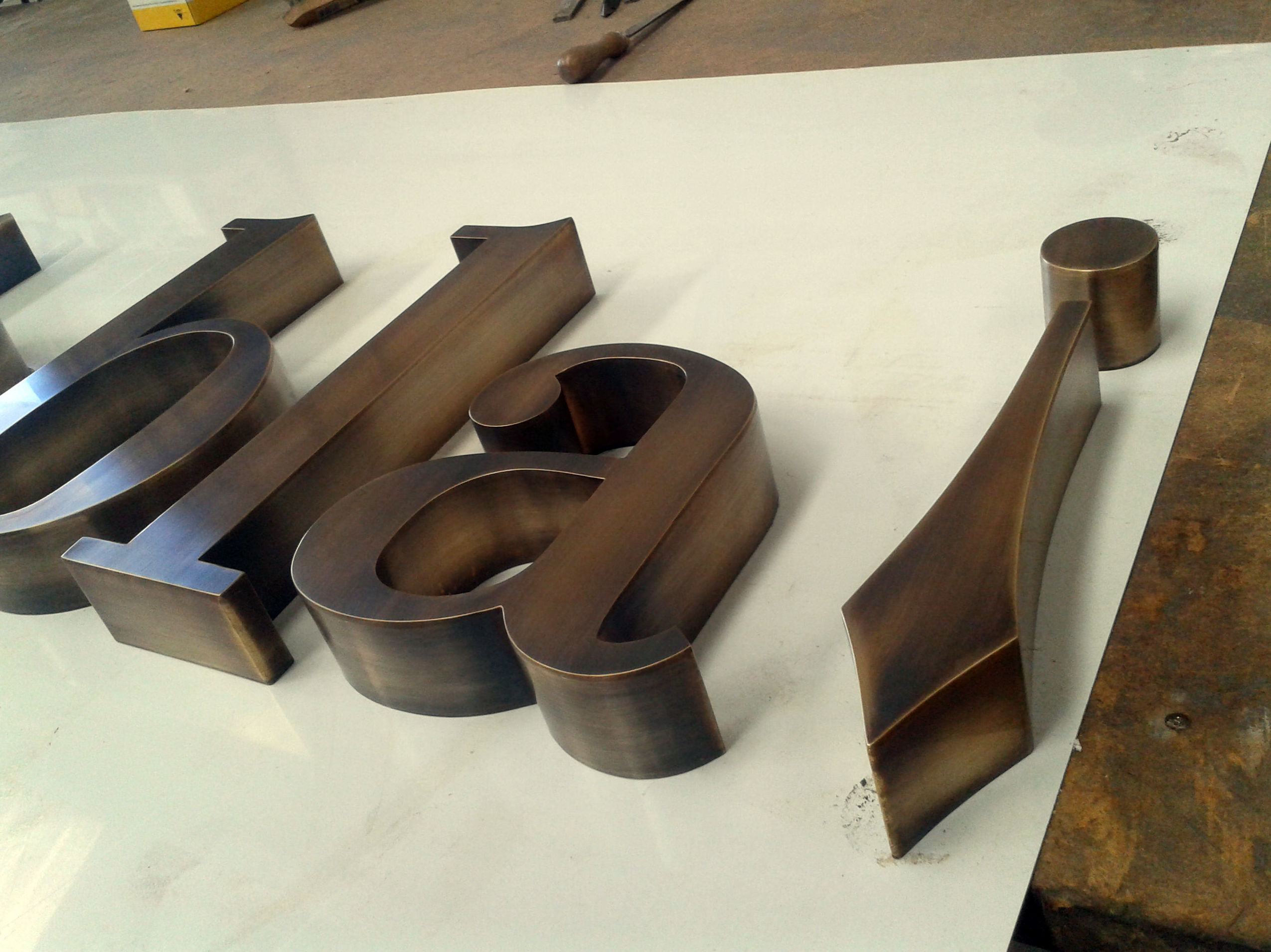 Amplia experiencia en fabricación de letras corpóreas de metal en Madrid