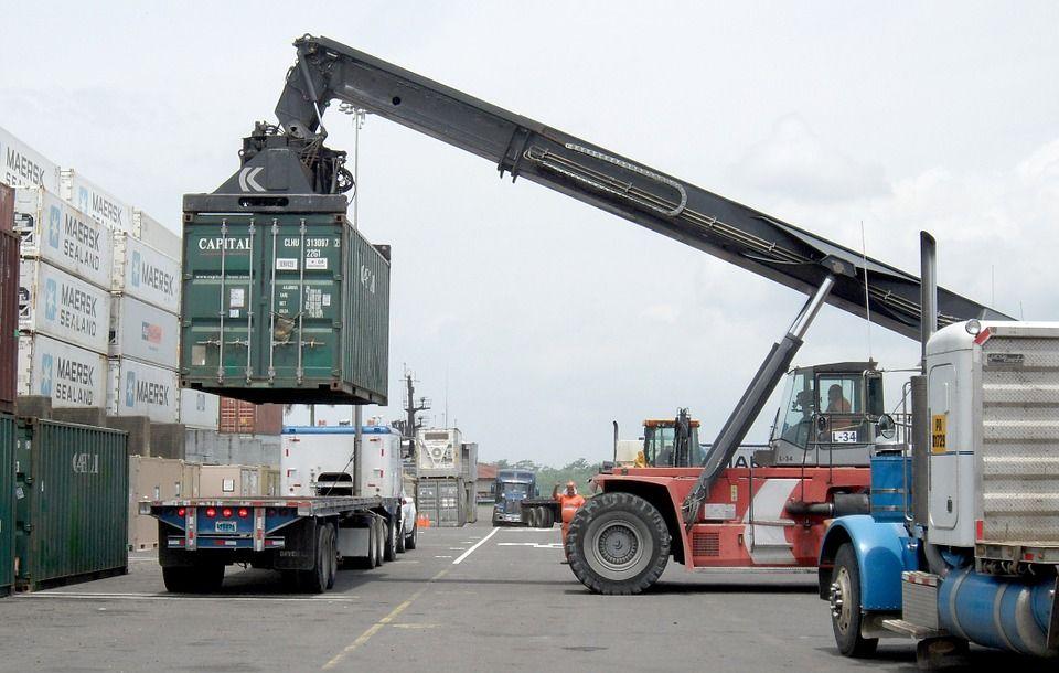 Transporte de material con camión grúa: Nuestros servicios de Transports i Excavacions Carbonell Gelabert