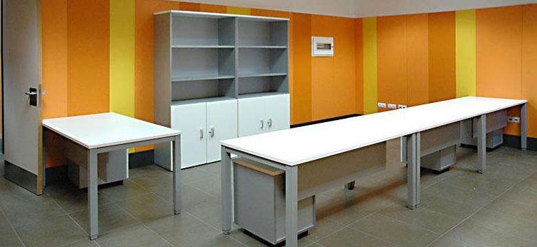 Composicion de mesas y armarios en color blanco y aluminio