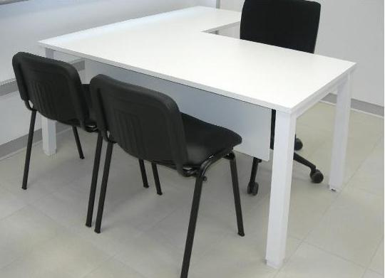Mesa blanca con ala combinada con sillas negras