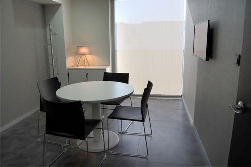 Mesa de reuniones  color blanco con 4 sillas linia a juego