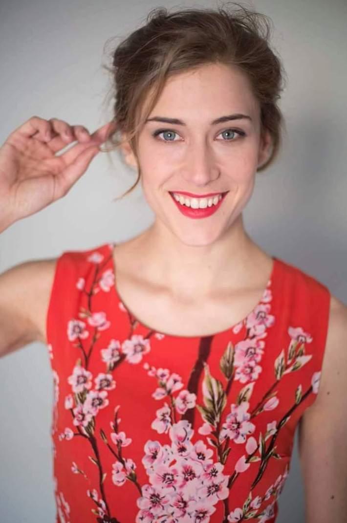 Camiseta roja con motivos florales