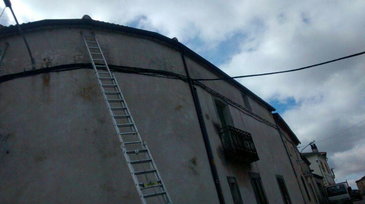 instalando canalón en vivienda de pueblo se elimina la humedad