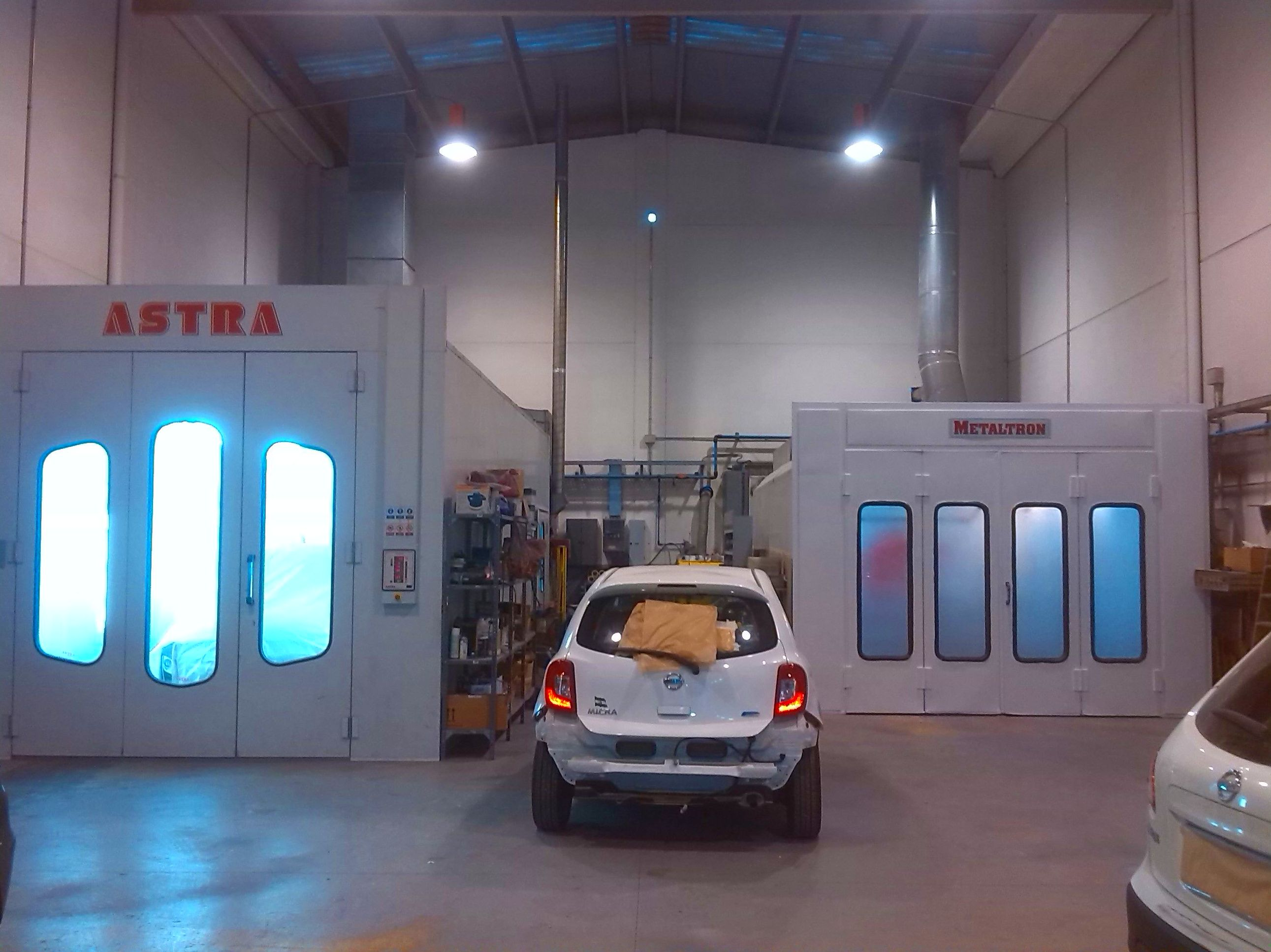 Contamos con dos cabinas de puntura, una de ellas para vehículos grandes