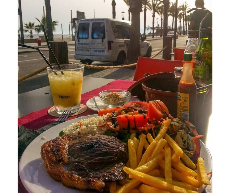Restaurante con terraza a pie de playa