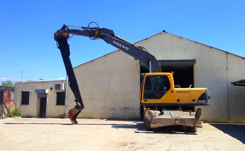 Maquina preparada para retirar tierras o escombros de gran profundiad.