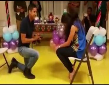 Le pide matrimonio jugando en familia. Vídeo.