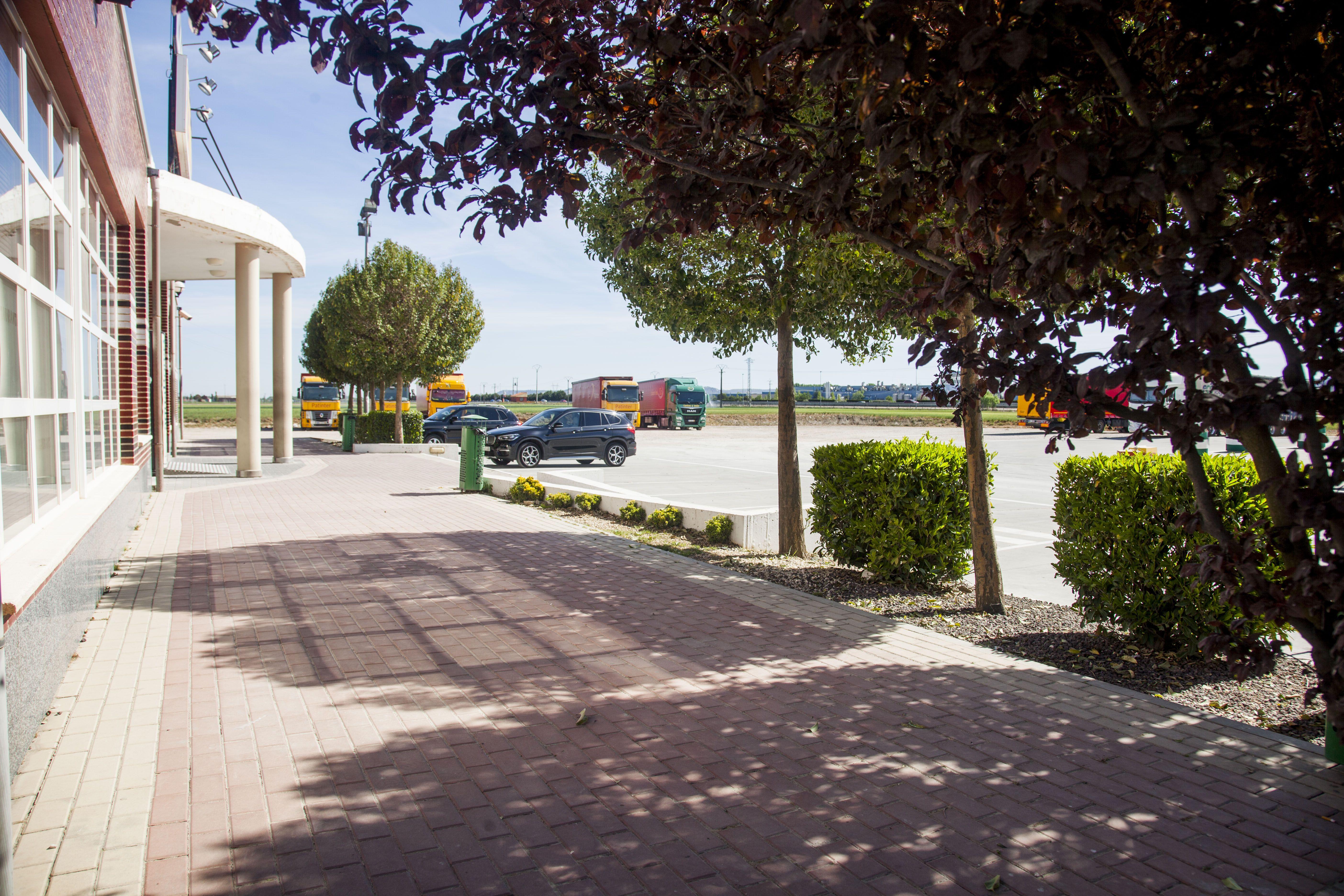 Amplio aparcamiento para coches y camiones en La Chamorra
