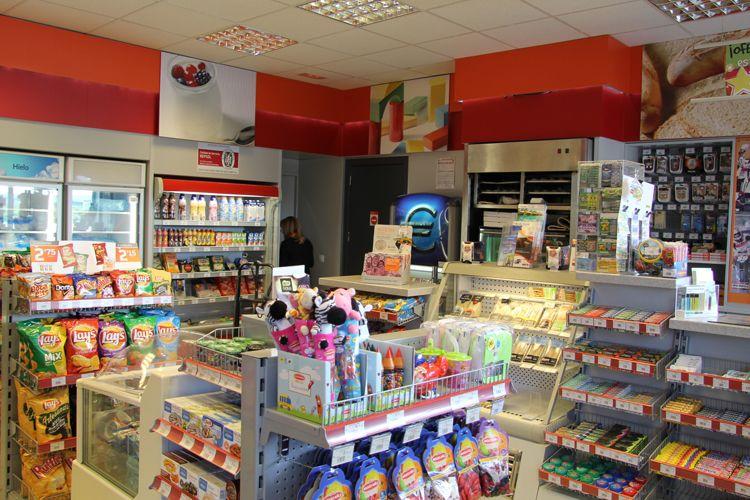 Venta de productos en el área de servicio La Chamorra