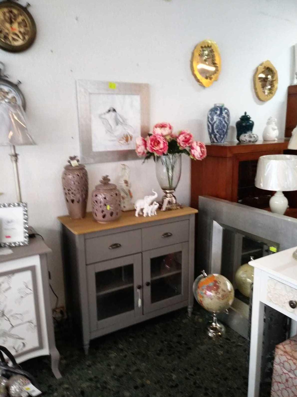 recibidor, espejo, jarrones, cuadros, lámparas en León